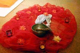 Auch winzige Details dienen der ruhigen Entspannung. Das nebenstehende Bild zeigt die Raummitte mit Teelichtern und einer Schale als Symbol für Konzentration und Sammlung
